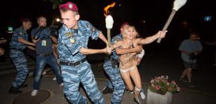 FEMEN пришли к Лукашенко с факелами