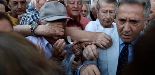 Пенсионеры Греции берут банки штурмом