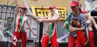 FEMEN отпраздновали отставку Берлускони