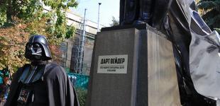 Кандидату с не человеческим лицом поставили рукотворный памятник