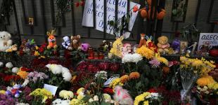 Одесситы несут цветы к Генконсульству РФ в Одессе