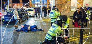 Новогодний снимок пьяного британца превратился в арт-мем