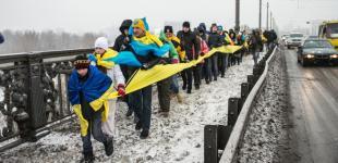 Українці об'єднали два береги Дніпра жовто-блакитним прапором