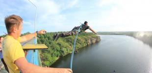 В Запорожье будущие патрульные прыгали с Арочного моста, чтобы побороть боязнь высоты