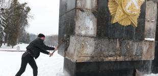 Націоналісти збили плити і напис «Переможцям над нацизмом» на Монументі Слави у Львові