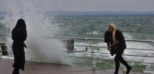 На побережье Одессы навалился ноябрьский шторм