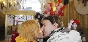«Поцелуй за бесплатный проезд»: акция по случаю Дня всех влюбленных на фуникулере в Киеве