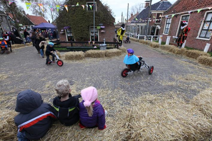 По традиции 5 декабря голландия встречает синтер клааса, местного санта клауса (он же дед мороз)