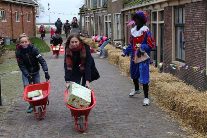 Именно в эти дни в голландию пребывает синтерклаас (sinterklaas), то есть святой николас на голландский манер