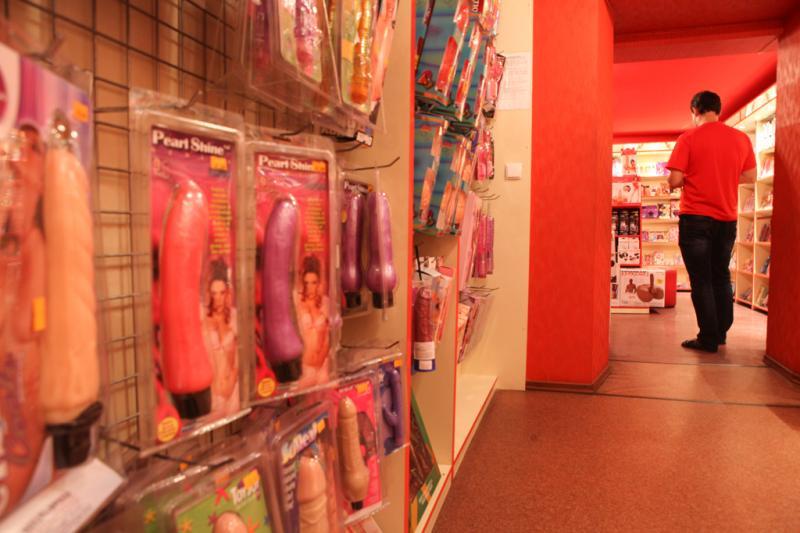 сомнениях девушка зашла в интимный магазин мама