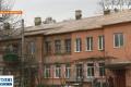 В Знаменке с двухэтажного дома сняли кровлю, а новую не положили: жителей заливает дождями