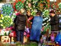 Украинцев призвали не носить на кладбище пластиковые цветы и венки