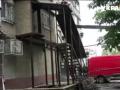 Вход через личную лестницу: в Днепре снесли незаконную пристройку к многоэтажке