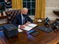 Байден убрал из кабинета кнопку, которой Трамп заказывал колу