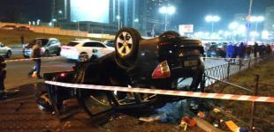 На Левобережной в Киеве с моста на тротуар упал автомобиль