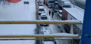 На въездах в Киев пробки: фуры второй день блокируют проезд