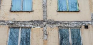 Стены «зацвели»: как жители хрущевки воюют с грибком