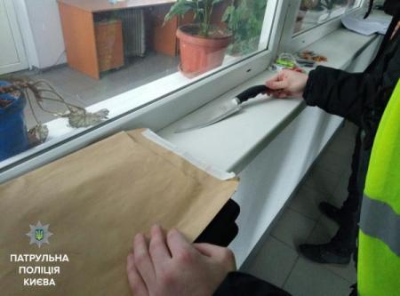 В Киеве задержали мужчину, который зарезал человека на остановке