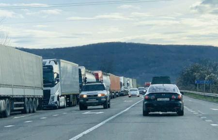 На границе со Словакией образовалась многокилометровая очередь