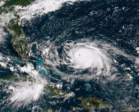 Волны по пять метров: На Багамах эвакуируют всех из-за урагана Дориан