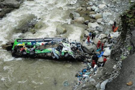 В Перу автобус с людьми упал в 120-метровую пропасть