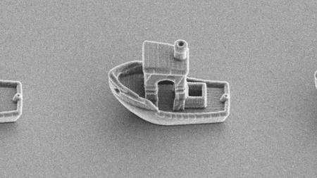 Ученые напечатали микрокорабель, который мог бы «плыть» внутри волоса