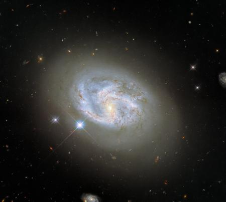 Hubble сделал снимок спиральной галактики, в которой взорвалась сверхновая