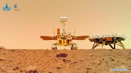 Китайский марсоход прислал новые снимки с Красной планеты