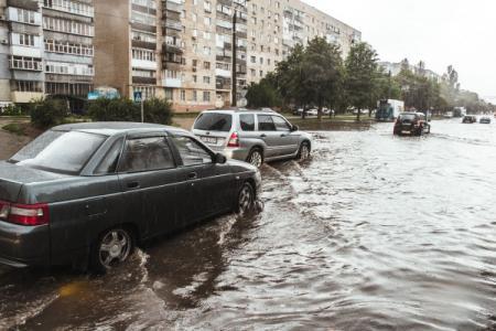 В Киеве вчера вечером затопило участок дороги
