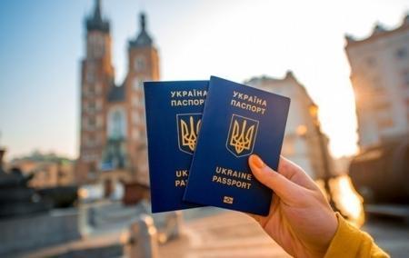 Украинцы могут путешествовать без виз в 90 стран мира