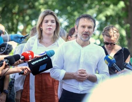 Славко входит, Славко выходит: Вакарчук сдает мандат. Обзор мнений