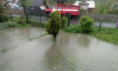 Непогода бушует на Прикарпатье: подтоплены 46 частных домов