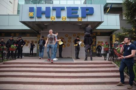 Нацкорпус заблокировал здание телеканала Интер