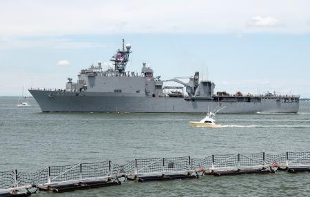 В России заверили, что контролируют корабль ВМС США в Черном море