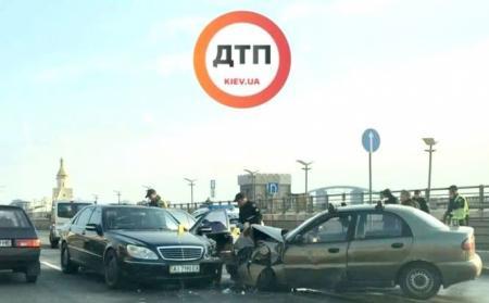 В Киеве произошло лобовое ДТП возле Почтовой площади