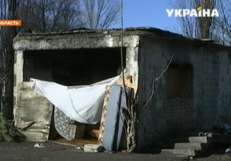 Семья бездомных с ребенком устроила себе жилье на мусорной свалке Кривого Рога