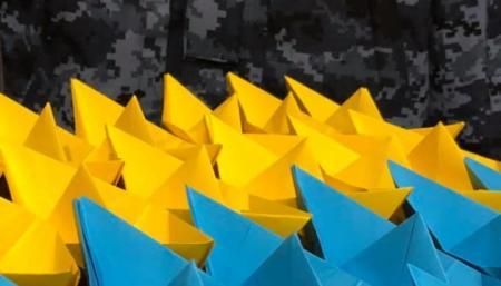 В поддержку пленных моряков стартовал флешмоб «желто-голубой кораблик на елку»