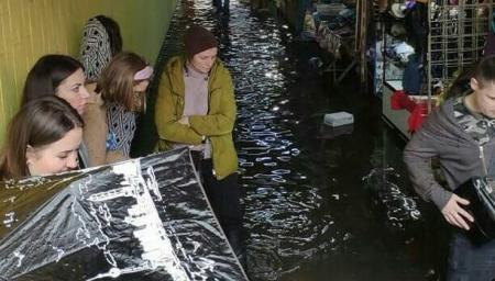 В Киеве после дождя и града затопило Позняки