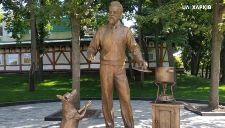 В Харькове установили скульптуру академика Вернадского, который варит борщ