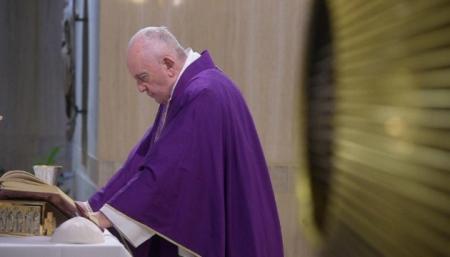 Ватикан расследует скандальный лайк Папы под пикантным фото модели