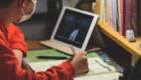 Проблемы с интернетом и недостаток внимания учителей: родители оценили «дистанционку»