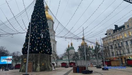В Киеве демонтируют новогодние елки и праздничные локации