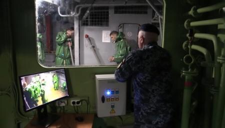 Если авария на корабле: моряки провели учения со взрывами и в полной темноте