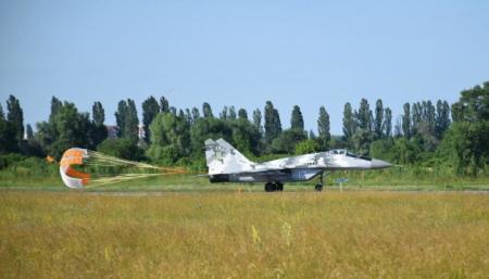 Украинские военные летчики испытали новые тормозные парашюты