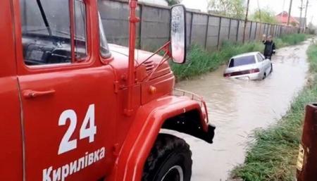 В курортных Кирилловке и Приморске ливень затопил базы отдыха