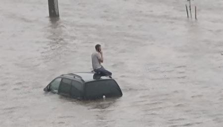 Непогода натворила бед в Минске - затопила улицы и обрушила мост через реку