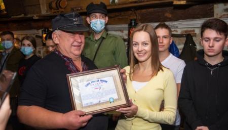 Швейцар львівського ресторану потрапив у Книгу рекордів України за привітання «Героям слава!»