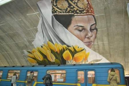 Метро Осокорки украсила крымскотатарская девушка с цветами
