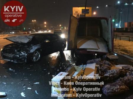 В Киеве Audi на скорости врезалась в ГАЗель с картошкой и яблоками