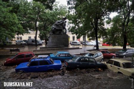 В Одессе ливень сносил машины и разворотил коллектор
